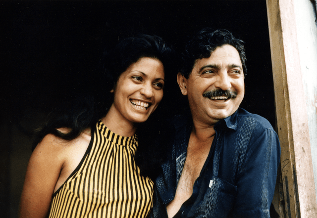 "Chico Mendes und seine Frau Ilsamar in ihrem Haus in Xapuri - Acre. Miranda Smith, Miranda Productions, Inc., <a href=""https://commons.wikimedia.org/wiki/File:Chico_&_Ilsamar_Mendes_1988.png"">Chico & Ilsamar Mendes 1988</a>, <a href=""https://creativecommons.org/licenses/by-sa/3.0/legalcode"">CC BY-SA 3.0</a>"