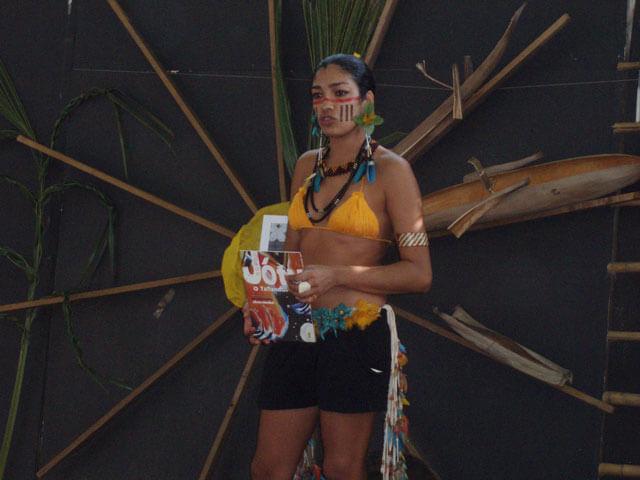 Die indigene Autorin Vangri Kaingang präsentiert ihr Buch