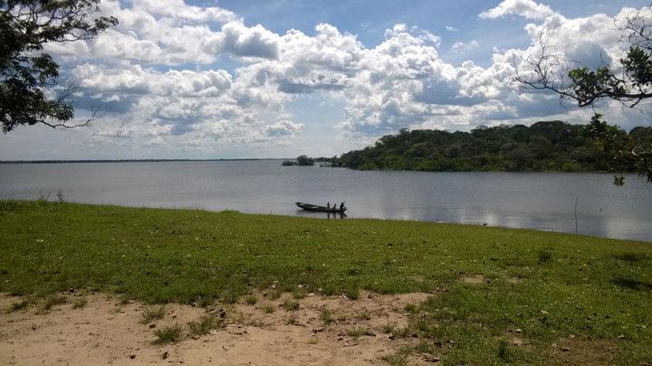 Eliana, ihr Sohn Aru und Lucas kommen mit dem Boot zurück zur Halbinsel. (Lago Manacapuru, Amazonas, Brasilien)